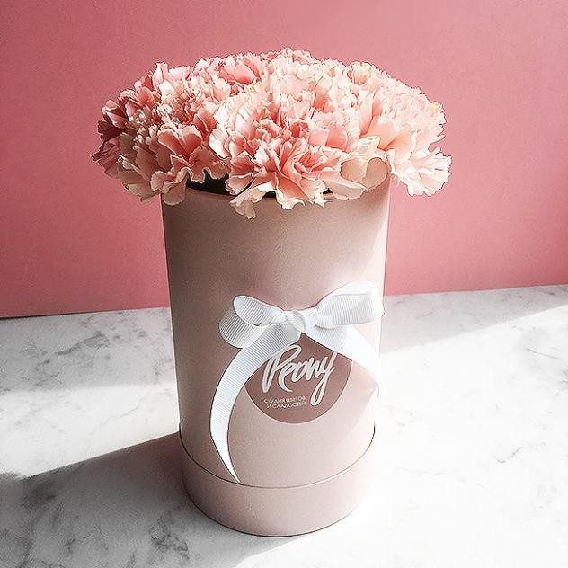Цветы в стильной шляпной коробке
