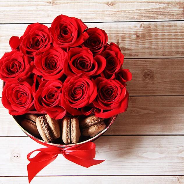 Нежные красные розы с макаронс в коробке