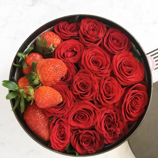 Розы с клубникой