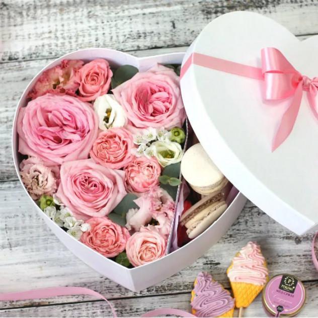 Цветы и макаронс в сердце