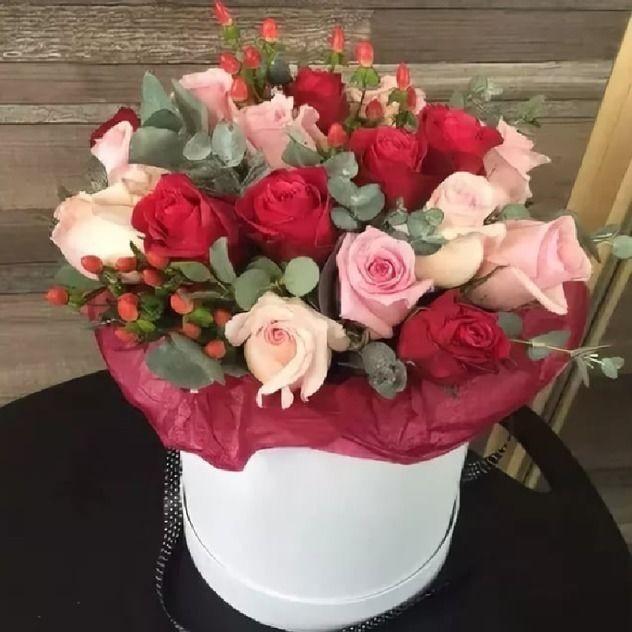 15 роз в стильной шляпной коробке