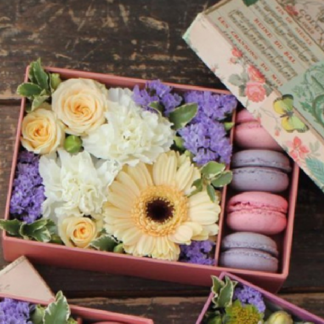 Прямоугольная коробка с цветами и вкуснейшими макарунами